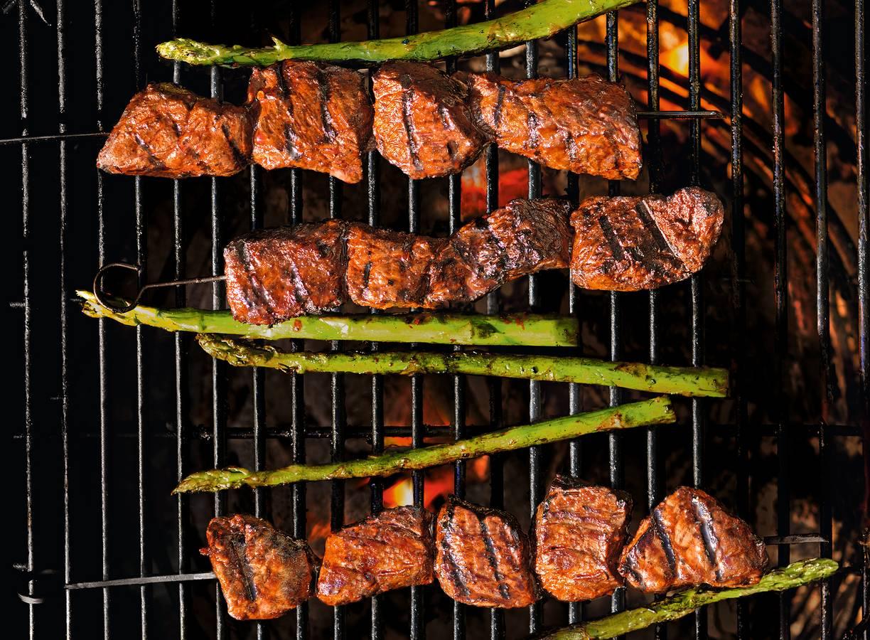 Biefstuk-spies met gegrilde groene asperges van de BBQ