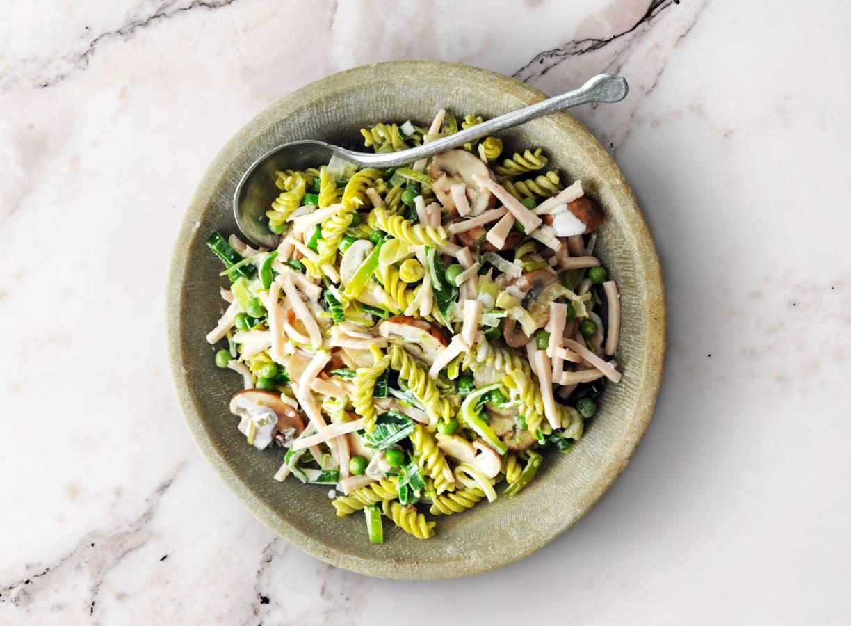 Gerookte kip in lichtromige champignonsaus