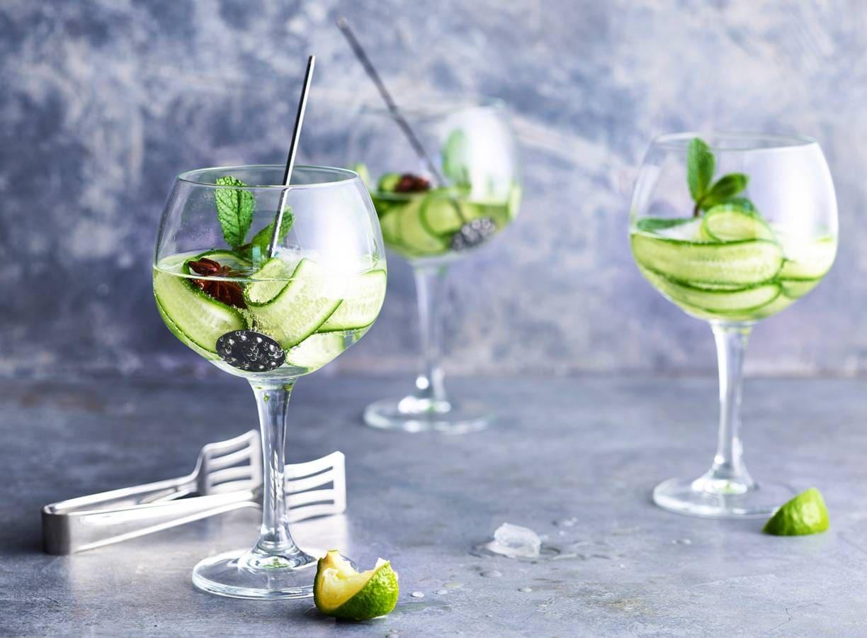 Mocktail met komkommer, limoen en vlierbloesem