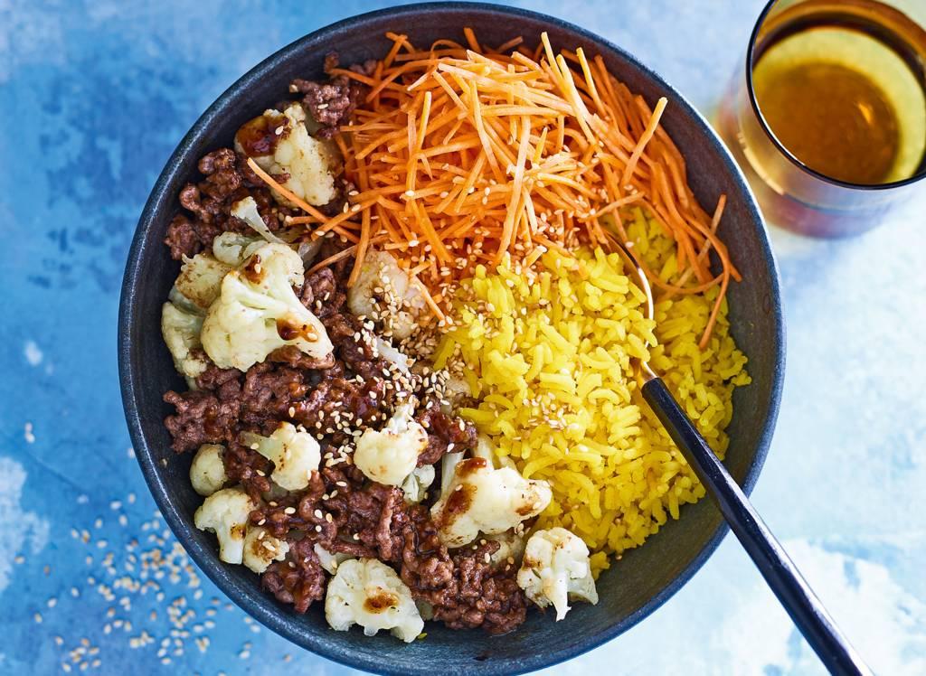 Snelle roerbak met gehakt, groenten & rijst