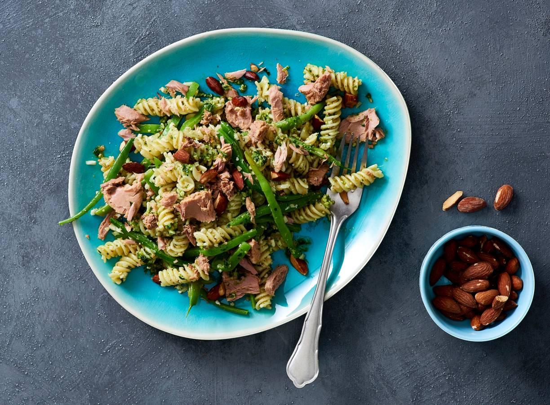 Pasta pesto met tonijn en geroosterde amandelen