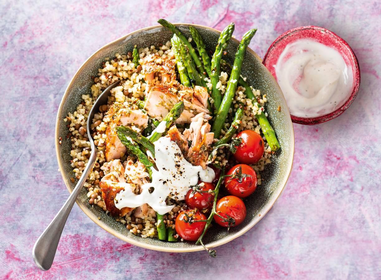 Linzen-quinoabowl met gegrilde zalm en groente