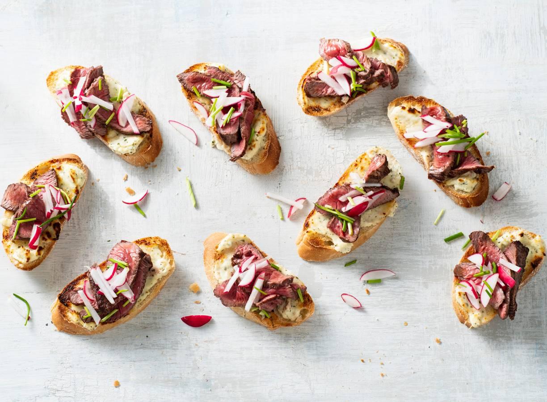 Biefstuk-roomkaas-bruschetta met radijs en bieslook