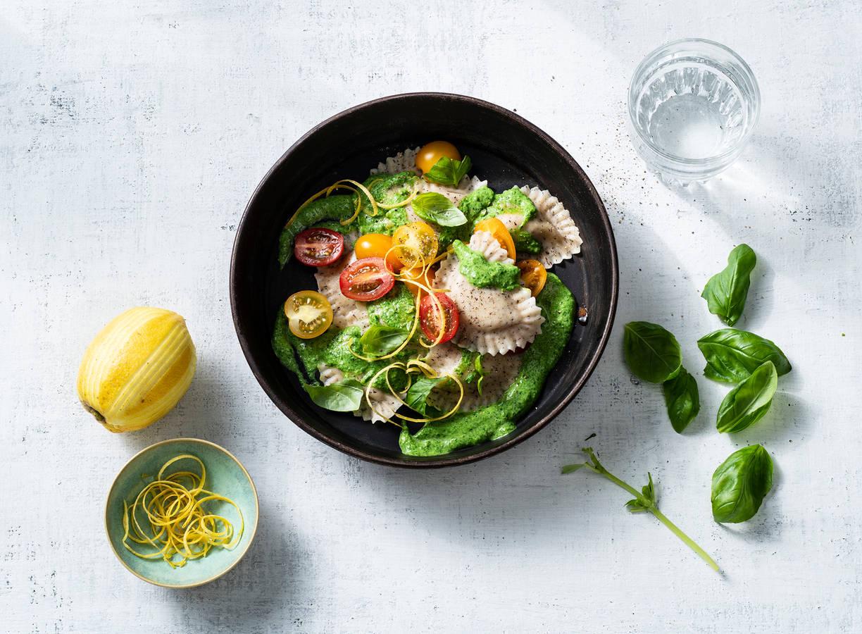 Vegan mezzelune met tomaten en romige spinaziesaus
