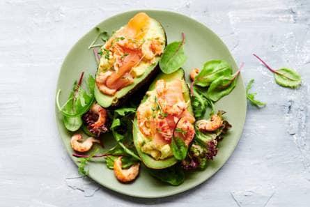gevulde avocado met eiersalade, zalm & rivierkreeftjes - recept