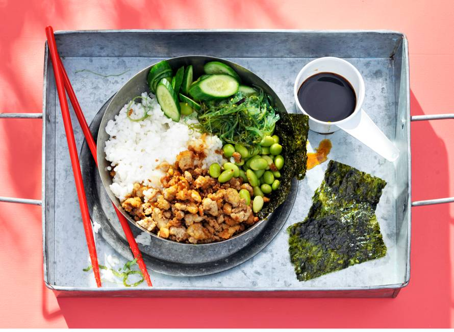 Groene sushibowl met krokante tofu en nori