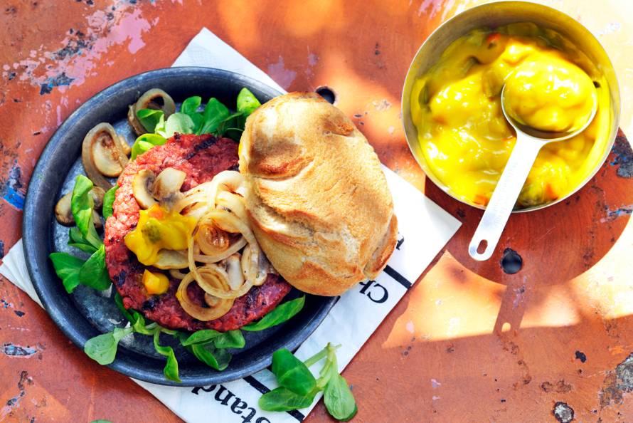 Vegan burger met champignons, ui en piccalilly