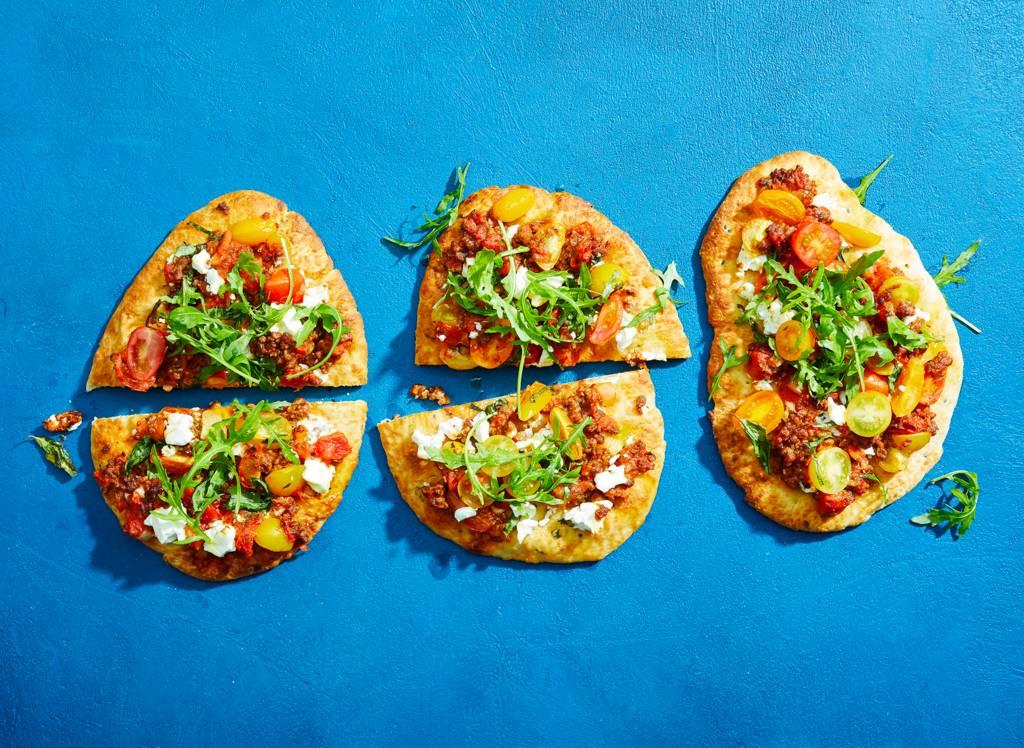 Pizza van naanbrood met vegagehakt