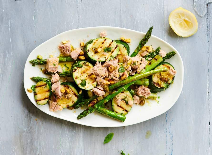 Salade van gegrilde groenten met tonijn en pistachenoten
