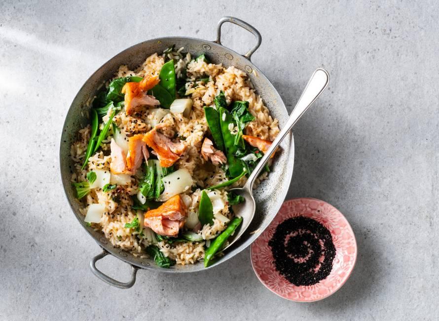 Eenpansgerecht met rijst, paksoi en zalm