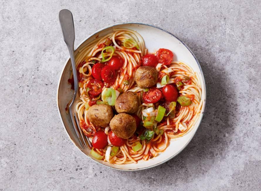 Spaghetti met tonijnballetjes in prei-tomatensaus