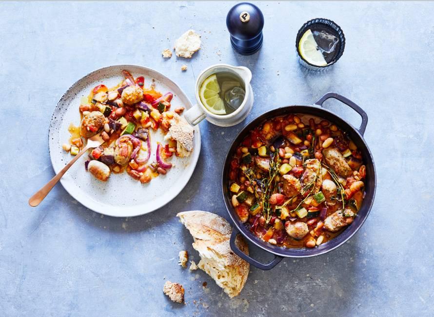 Bonenstoof met courgette, aubergine en worstjes