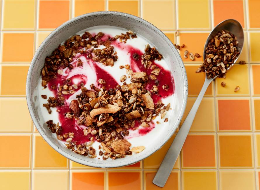 Breakfastbowl met granola en rood-fruitpuree