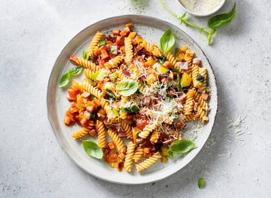 Fusilli met groentesaus en hamblokjes
