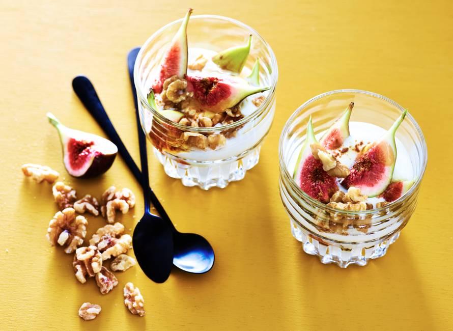 Griekse yoghurt met walnoten en verse vijgen