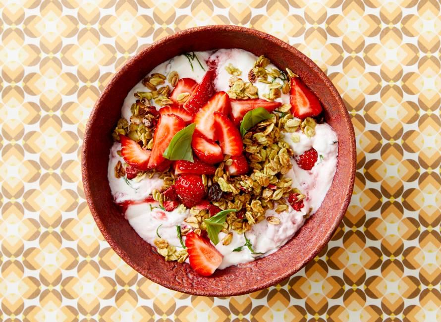 Kwark met matcha granola, aardbeien en basilicum