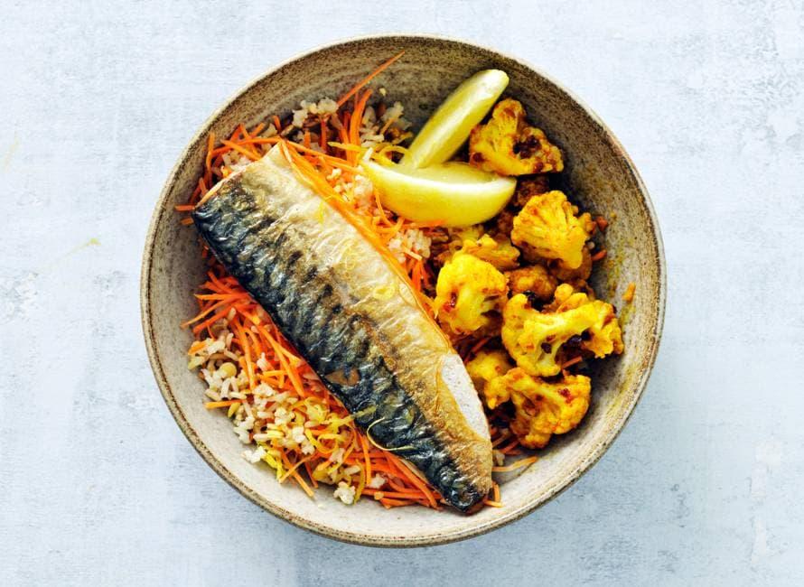Linzen en rijst met kerriebloemkool en gebakken makreel