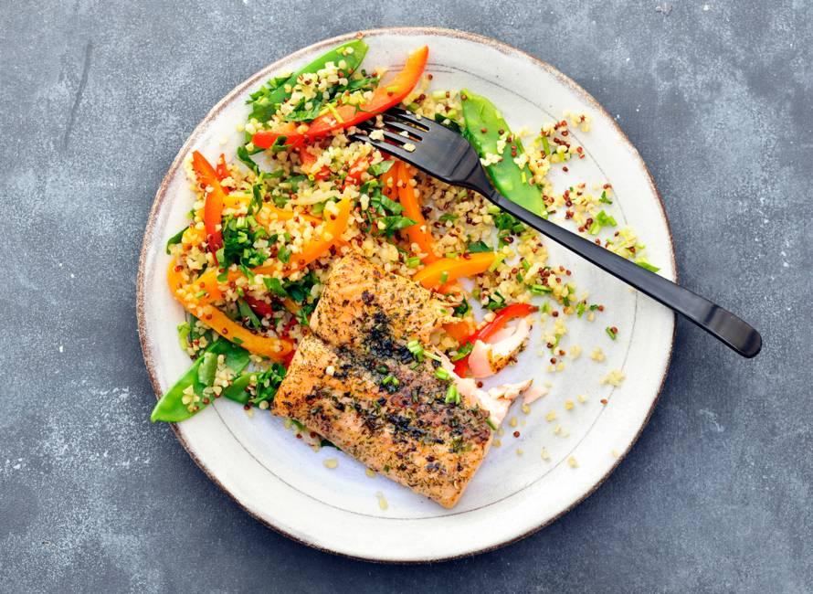 Quinoa met zalm, peultjes, paprika en groene kruiden