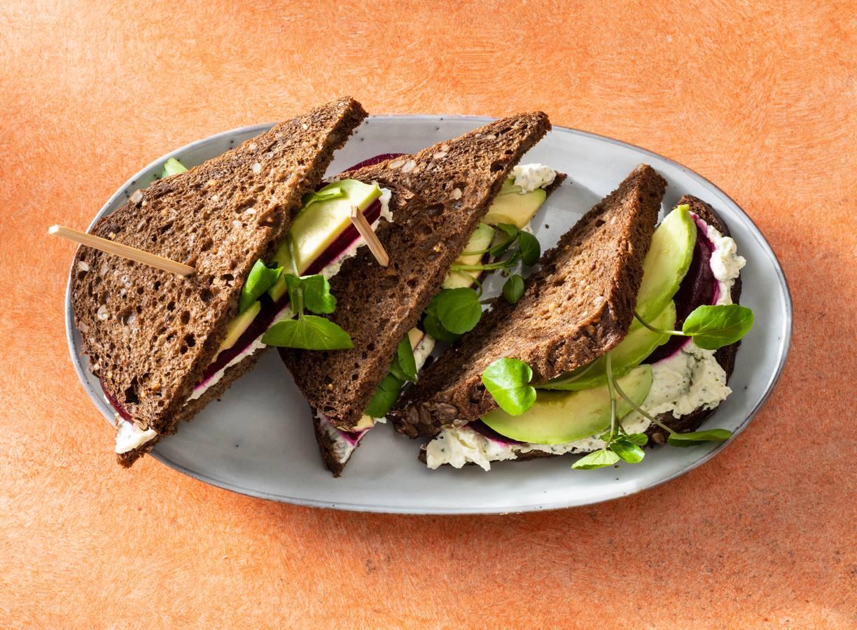 Sandwich met paturain, rode biet, avocado en waterkers
