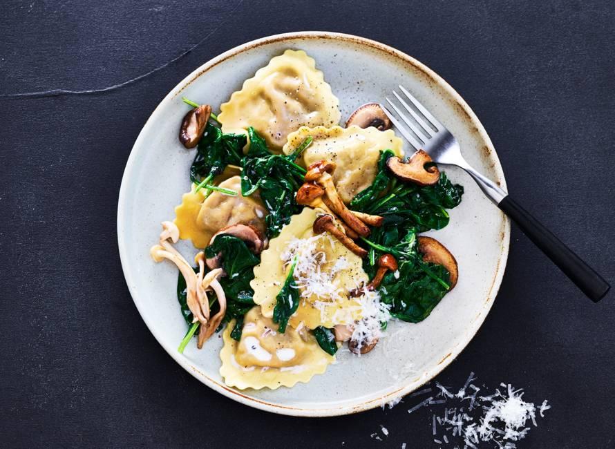 Mezzelune met paddenstoelenroomsaus en spinazie