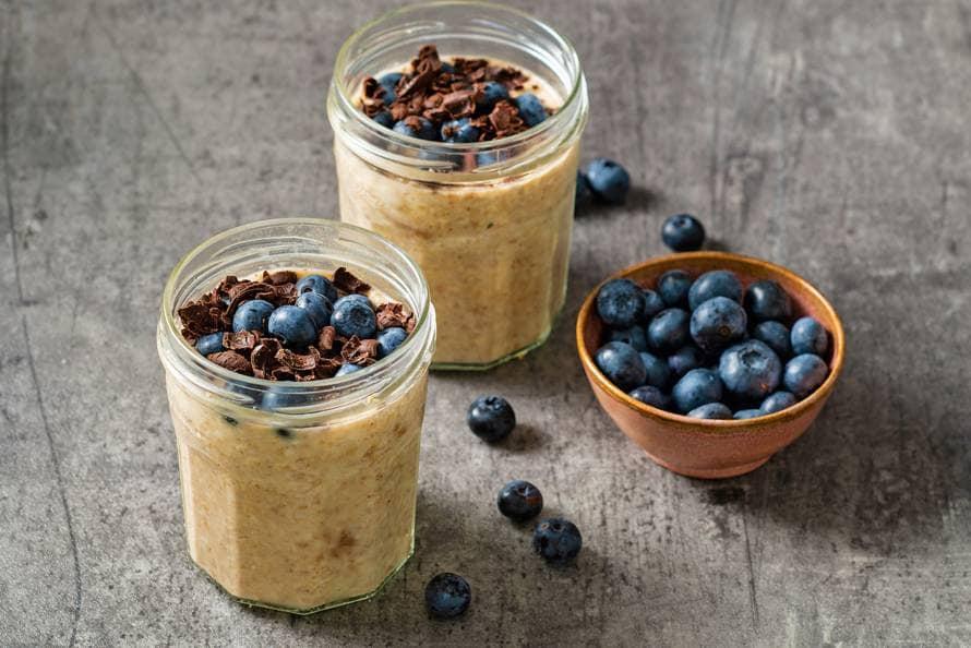 Pindakaas overnight oats met bosbessen