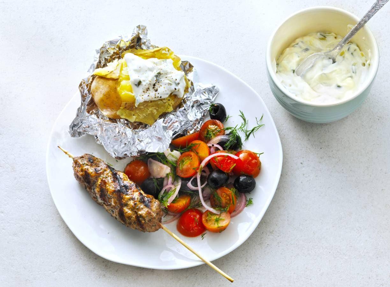 Gepofte aardappel met Griekse gehaktspies