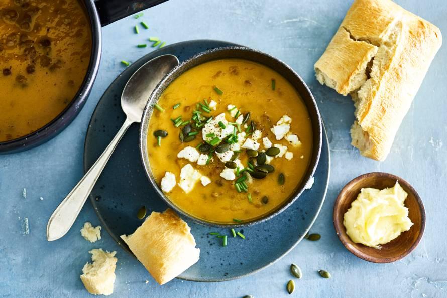 Pompoensoep met linzen, feta & knapperig brood