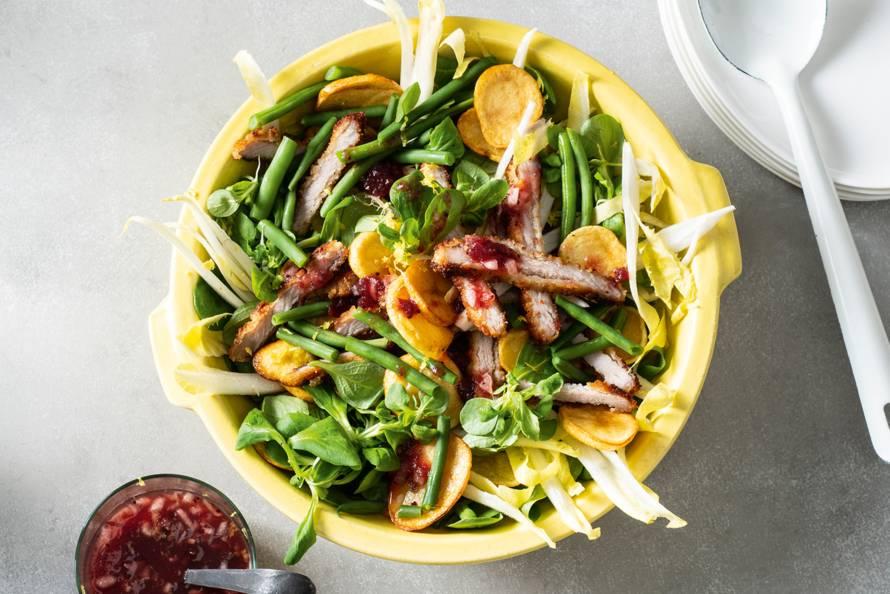 Wienerschnitzelsalade met cranberrysaus