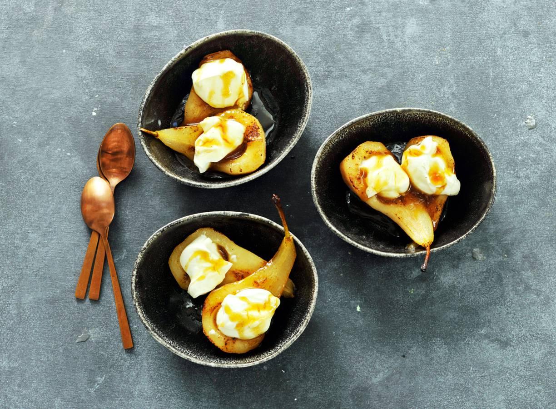 Gebakken karamelpeertjes met crème fraîche