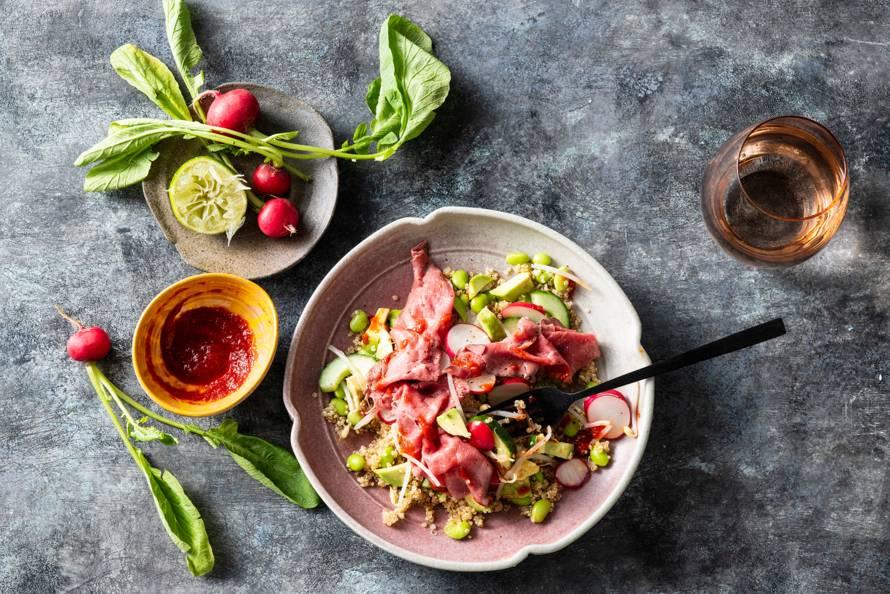 Salade met quinoa, edamame en rosbief