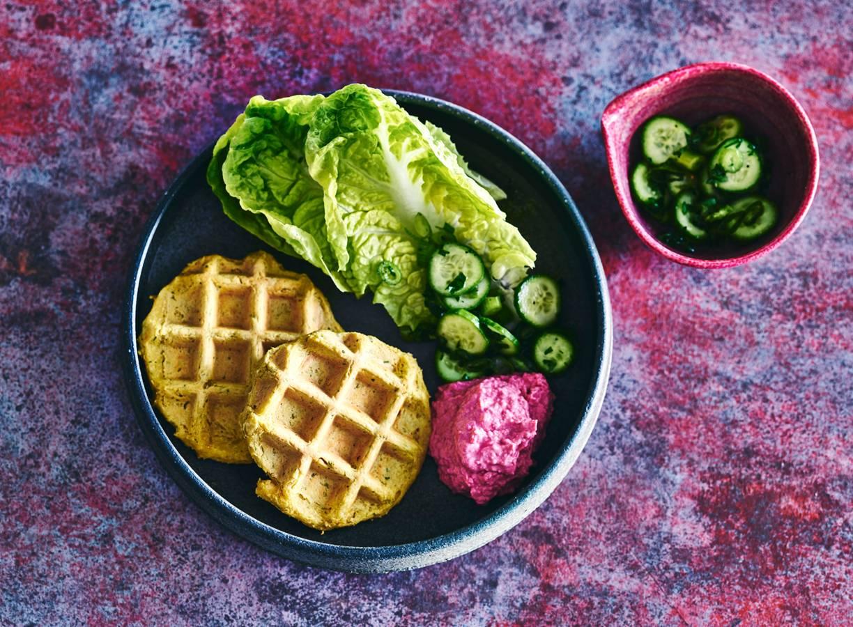 Falafelwafel met hummus en een groene salade