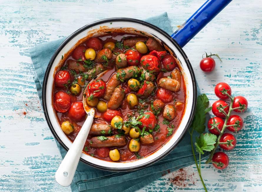 Spaanse schotel met chipolataworstjes, olijven & gebakken gnocchi