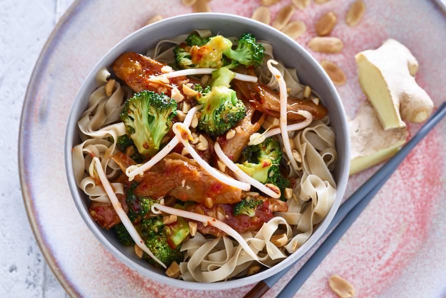 Thaise noedelsalade met vegakip & broccoli