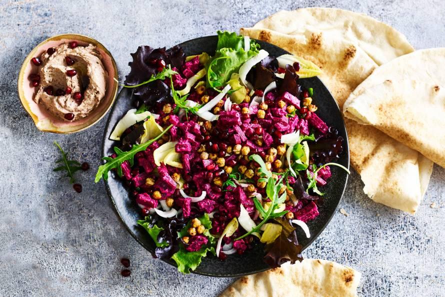 Rode-bietensalade met vijgcranberryhummus en kikkererwten