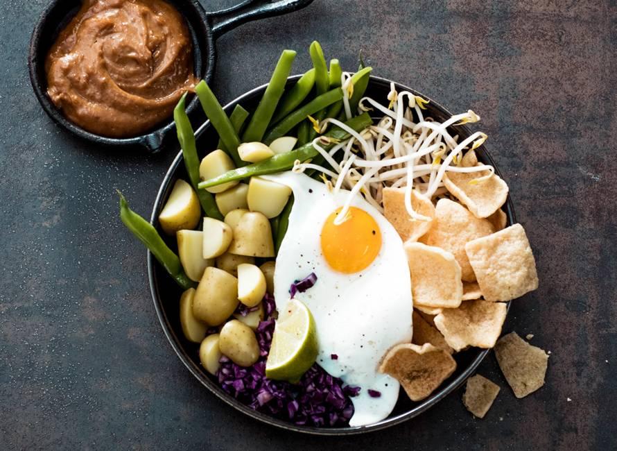 Gadogado met krieltjes, homemade pindasaus en gebakken ei