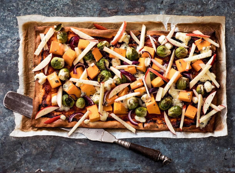 Plaattaart met pompoen, spruiten, salie en romige gorgonzola