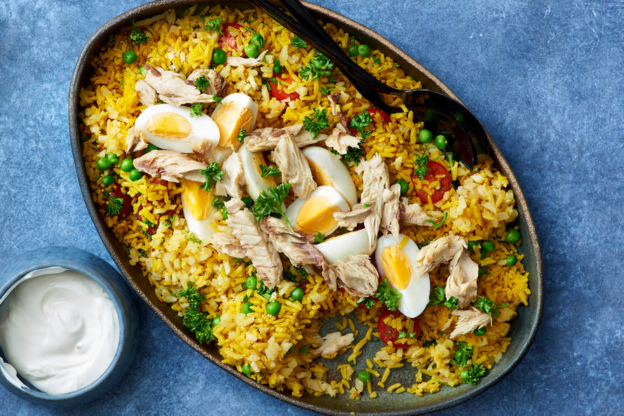 Rijstschotel met bloemkoolrijst, makreel en een gekookt eitje