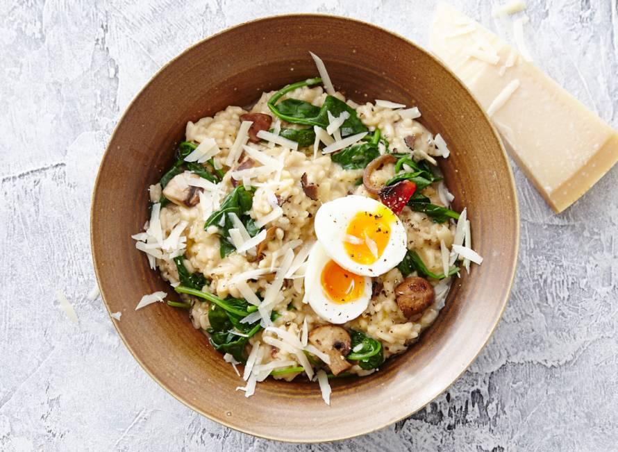 Truffel risotto met spinazie en gekookt ei