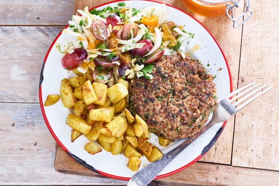 Kipburger met linzen, gebakken aardappeltjes en witlofsalade