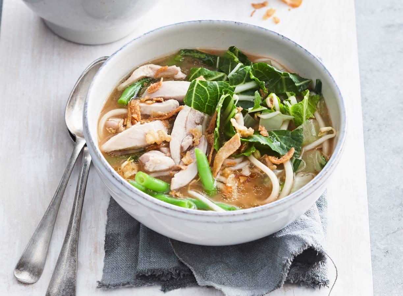 Oosterse soep met malse kip, paksoi, noedels en taugé