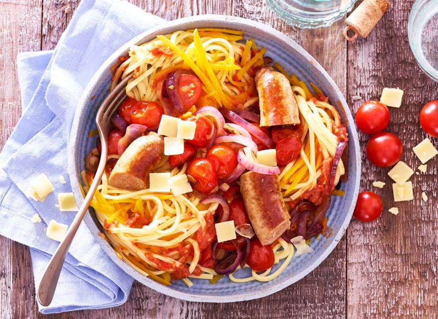 Spaghetti van zoete aardappel met tomaat & Catelaanse worstjes