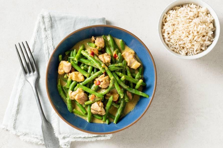 Romige kipcurry met rijst en sperziebonen