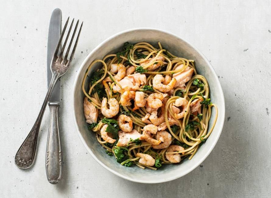 Romige spaghetti met spinazie, zalm en garnalen