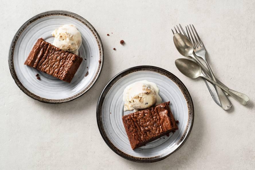 Warme brownies met cookie dough ijs