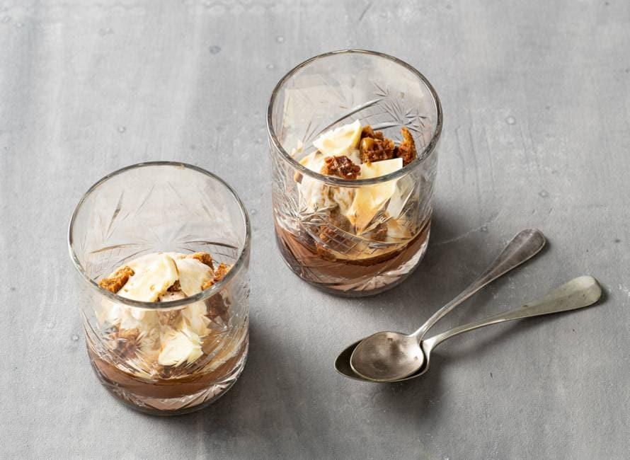 Witte-chocoladeijs met espresso, chocolade en stroopwafel