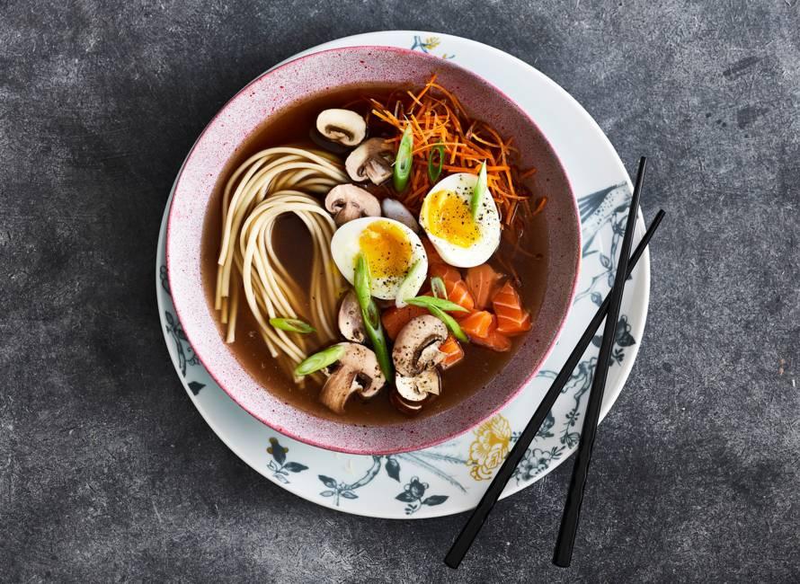 Udon noedelsoep met zalm en groenten