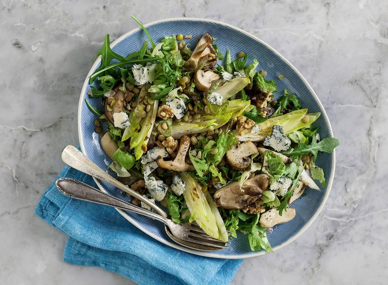 Herfstsalade met witlof, pittige kaas en paddenstoelen