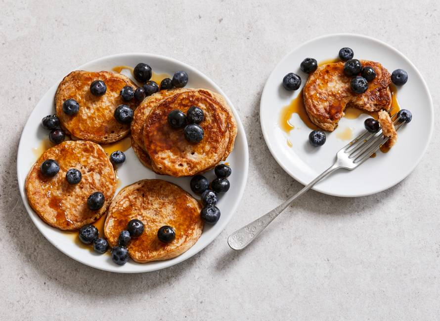 American pancakes met blauwe bessen en ahornsiroop