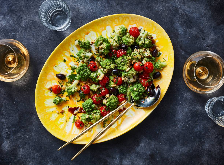 Romanescosalade met tomaat en olijf