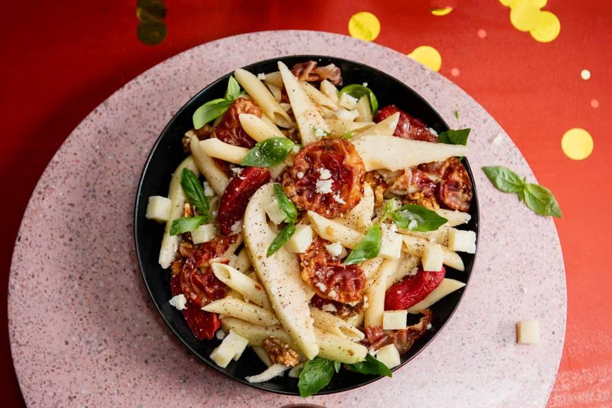 Salade met penne rigate, peer en pancetta